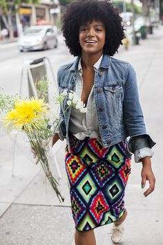 Natalie of the Tiny Closet looks casually fab in this printed pencil skirt! Love the addition of the denim jacket. Bangs With Medium Hair, Medium Hair Styles, Natural Hair Styles, Printed Pencil Skirt, Printed Skirts, Hairstyles With Bangs, Cool Hairstyles, Haircuts, Afro