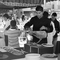 #cortadordejamonunaprofesion  #jamon #concurso #cortadordejamon #huetortajar #granada #rafaelcazorla #jamonlovers #foodie #instafoodie #food #foodlover #ham #blackandwhite #bn #me #corteacuchillo
