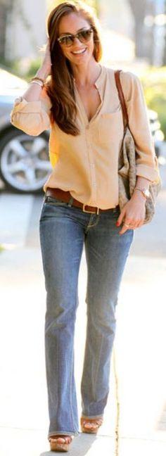 CUTE!!!! loose fitting boyfriend jeans and heels | Estilo / Loose fitting shirt with boot cut jeans and heels!