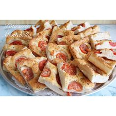 ***La Focaccia*** Notre fameux pizza a l'ail et fines herbes avec des tomates fraîches!  Our famous garlic and fine herb pizza with sliced fresh tomatoes!! #patisseriemontebello #foccaciapizza #catering #freshtomato #herbs #summerfood #pizza #mtlbakery  514.321.5566 3322-fleury E.
