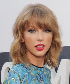 Taylor Swift Medium Wavy Casual Hairstyle with Blunt Cut Bangs Dark Copper Blonde Hair Color Medium Hairstyles For Girls, Hairstyles With Bangs, Trendy Hairstyles, 2014 Hairstyles, Braided Hairstyles, Wedding Hairstyles, Medium Hair Cuts, Medium Hair Styles, Curly Hair Styles
