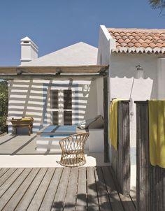 Un lit en plein air à l'extérieur d'une maison de rêve portugaise. Plus de photos sur Côté Maison : http://petitlien.fr/8aso