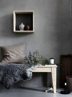 NORNÄS bänk i massiv furu och NORNÄS väggvitrinskåp med vändbar grå/blå ryggplatta, VIGDIS kuddfodral i ramie.