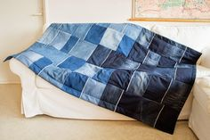 How to make a throw from old jeans Sewing Projects, Diy Projects, Denim Crafts, Old Jeans, Denim Fashion, Repurposed, Diy And Crafts, Throw Pillows, Handicraft Ideas