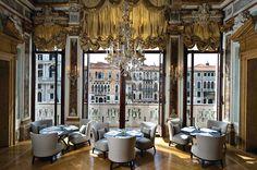 Destaque do Palazzo Papadopoli, em Veneza, na Itália, transformado em um hotel pelo escritório de arquitetura Denniston Architects, é a vista para o Grande Canal, a exemplo dos janelões do Piano Nobile Dining Room.
