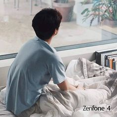 Bed scene of ZenFone 4U #Repost @yoo_are_my_dream ・・・ Cr.ASUS 跟你在一起的時光都很耀眼 #ASUS #ZenFone4 亞太區代言人將於8/1 魅力轉身 背影其實就夠殺了🤣 [ Asia pacific brand ambassador is about to unveil on 8/1. Guess who is our brand ambassador ] - translate by #Janase ( thank you 🙏🏻♥️) #공유 #gongyoo #孔劉 #孔地哲 #ASUS