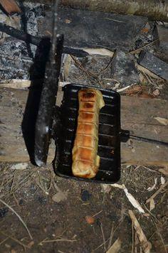worstenbroodje (braadworst in bladerdeeg) in wafelijzer op kampvuur Meat, Ethnic Recipes, Food, Essen, Meals, Yemek, Eten