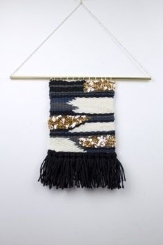 Discover thousands of images about Tenture murale/textiles tissés tissage/wall art par ByBellaDesigns Weaving Textiles, Weaving Art, Loom Weaving, Hand Weaving, Weaving Wall Hanging, Hanging Tapestry, Wall Hangings, Diy Carpet, Cheap Carpet