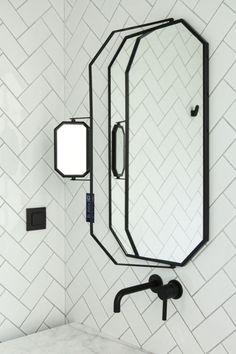 herringbone subway tile, black frame mirror, black faucet modern bathroom_salle de bain noire et blanche le coq hotel