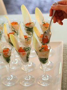 """グラスにいろんな具材を層になるように盛り付けた料理""""ヴェリーヌ""""は昨今のトレンド。華やかなグラス入り前菜は、袴田さんのパーティ料理でも定番だ。この日は脚高の繊細なカクテルグラスに、いか、帆立、いくら、おかひじきを入れ、柚子風味のゼリー寄せに。それぞれに添えたチコリですくって食べられるのでスプーンいらず。ヴェリーヌはほかにもキャビア、うに、パテなど高級素材を少量ずつ盛り付けるのに便利。カクテルグラスをヴェリーヌ用にたくさん揃えてみてはいかが。 Japanese New Year, Country Christmas, Catering, Buffet, Appetizers, Food And Drink, Cooking Recipes, Dishes, Table Decorations"""