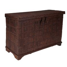 Truhlica vyrobená z autentického starožitného dreva s ručným vyrezáváním.