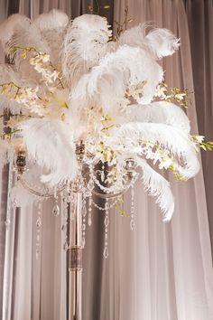 Торшер из перьев в декоре свадебного зала