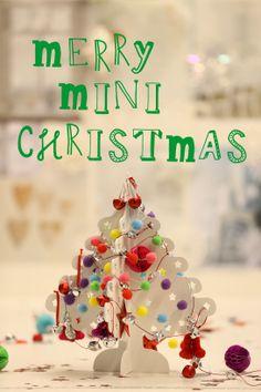 Het HEMA Designteam is dol op versieren. Om in de kerststemming te komen staat op ons bureau onze mini kerstboom met mini versiering. Hoe hebben jullie je huis en/ of werkplek versierd?  Wij wensen iedereen een Merry Mini Christmas!
