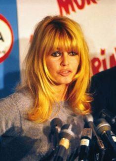 Brigitte on the set of Viva Maria, Bardot Fringe, Bardot Bangs, Vintage Bangs, Pelo Vintage, Fringe Hairstyles, Hairstyles With Bangs, Cool Hairstyles, Bridget Bardot Hair, Bardot Brigitte