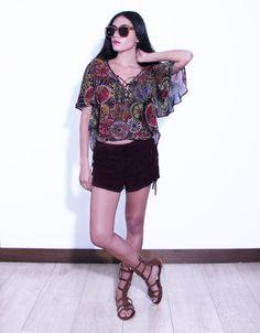 Blusa vaporosa semi-transparente en cuello V, (estampado flores) Shorts de flecos (vino tinto, piel de durazno) Sandalias tipo gradiadoras