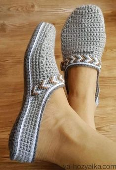 Clog Slippers, Knitted Slippers, Diy Crafts Crochet, Crochet Slipper Pattern, Crochet Baby Shoes, Crochet Top, Shoe Pattern, Crochet Patterns For Beginners, Sewing Basics