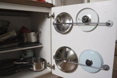 Lange Rede, kurzer Sinn, sie haben die perfekte Form, um deine Topfdeckel zu halten. Noch mehr pfiffige Küchen-Hacks findest du bei Apartment Apothecary.