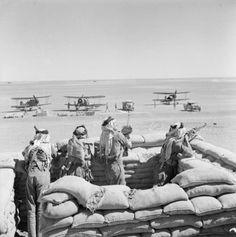 Légionaires Arabes gardant les Gloster Gladiator du No. 94 Squadron de la RAF sur le terrain de la station de pompage H4 Transjordanie.