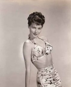 Ava Gardner- by the end of MGM was sending out black-and-white photos of Ava at the rate of requests per week. Only Esther Williams could boast better Vintage Hollywood, Hollywood Glamour, Classic Hollywood, Hollywood Style, Classic Film Noir, Classic Films, Esther Williams, Classic Actresses, Perfect Prom Dress