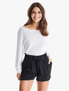 Shorts med høyt liv og knytebelte. Vevet materiale, bred strikk i midjen og lommer i siden.   Sort