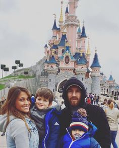 Messi with his family spending time at Disneyland Paris Football Player Messi, Football Players, Lionel Messi Barcelona, Fc Barcelona, Messi And His Wife, Lionel Messi Family, Antonella Roccuzzo, Leo, Einstein