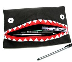 Weird and Unique DIY Clothing and Accessories: Monster Pencil Case by Grelin-machin Pencil Bags, Pencil Pouch, Textiles, Sewing Tutorials, Sewing Projects, Sewing Patterns, Diy Pencil Case, Diy Bags Purses, Little Boy Fashion