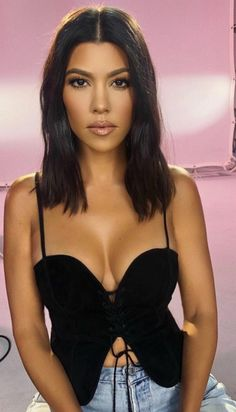 Who made Kourtney Kardashian's mesh mule shoes, black bag, and sweetheart lace. Who made Kourtney Kourtney Kardashian, Kardashian Kollection, Kardashian Style, Kardashian Jenner, Kortney Kardashian Hair, Long Bobs, Hairstyles With Bangs, Lace Front Wigs, New Hair