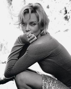 Charlize Theron Looks Totally Different with Baby Bangs - Celebrities Female Charlize Theron, Photo Portrait, Portrait Photography, Female Portrait, Beautiful People, Beautiful Women, Black And White Portraits, Poses, Celebs