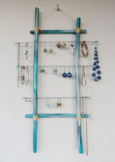 Porte bijoux mural en bambou bleu de la boutique PorteBijouxSylsun sur Etsy