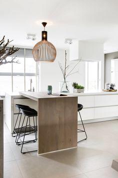 "Foto: Denise Keus - ""Stijlvol Wonen"" - © Sanoma Regional Belgium N. Kitchen Benches, Kitchen Dinning, Diy Kitchen, Dining Room Table, Kitchen Decor, Kitchen Cabinet Design, Interior Design Kitchen, Kitchen Cabinets, Quartz Countertops Colors"