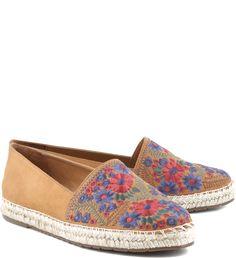 Bordados florais são ótimos para dar mais romantismo aos calçados. Nessa alpargata bege Camel a gáspea recebeu o trabalho em tons de azul e rosa, e foi combinada a solado com revestimento de corda e