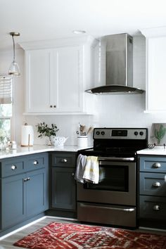 Small Kitchen Organization Create Magical Look For Your Kitchen Black Lace-A Flower That Offers Beau Building Kitchen Cabinets, Blue Kitchen Cabinets, Painting Kitchen Cabinets, Kitchen Flooring, White Cabinets, Cupboards, Kitchen On A Budget, New Kitchen, Kitchen Decor