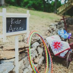 Kids wedding activities - Keep Them Happy & Busy With Fun Wedding Kids Activity Table Ideas – Kids wedding activities Kids Table Wedding, Wedding Reception Games, Wedding With Kids, Diy Wedding, Wedding Day, Wedding Games For Kids, Quirky Wedding, Trendy Wedding, Reception Ideas