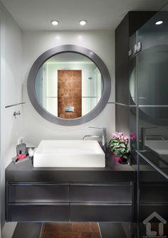 """a kerek tükörrel itt kellemes kontrasztot ad a szögletes fehér mosdó, a bútor a falra erősítve szinte """"lebeg"""", látványos extra világításra ad lehetőséget"""