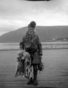 Coastal Sami fur trader, Norway in the 1930s. Kystsamisk pelsselger i Norge i 1930-årene. Foto av Andreas Moe eller Sigrid Moe. Flickr photo by Trondheim Byarkiv, 2010.
