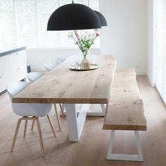 ZWAARTAFELEN I Boomstamtafel van Zwaartafelen I www.zwaartafelen.nl I #boomstamtafel #tafel #eiken #Lamp #LampEettafel