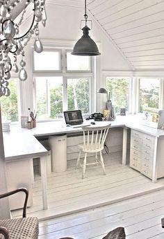 Çalışma masası ev ofis çalışanları için en önemli ayrıntılardan bir tanesidir. Rahat bir çalışma masası evini ofis olarak kullananların performansını...