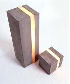 DIY Lampe, in der Mitte breites Plexiglas, darunter ein Streifen LED Lichter. Wenn man sie größer macht kann man in den nassen Zement auch noch einen Plastikbecher drücken und so eine Mulde für Bepflanzung schaffen. Eine Blumentopflampe, wer hat denn sowas? :)