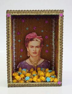 https://flic.kr/p/8wtjDx | Relicário Dourado com Foto da Frida | Esse modleo foi feito num funod de caixa reto, sem detalhes. A parte interna foi forrada com papelão ondulado pintado com tinta metálica ouro. As medidas da peça são: 18 cm de largura, 25,5 cm de altura e 9 cm de profundidade.