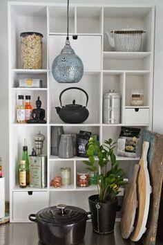 Hylle på flyttefot same kitchen again, across from stove-wall