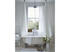 Gör badrummet till bästa platsen! Passa på att ta ut svängarna med gröna växter, rött badkar och detaljer i guld. Eller förvandla toan till ett minibibliotek!