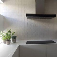 Piastrelle lavorate a mano made in Italy 10x10 cm cotto smaltato Bianco St.Tropez #DomenicoMori per LAURA TOLLENEER _ Villa ad Anversa (Belgio). #handmade #tiles #white #kitchen #stylish #madeinItaly #MoriDomenico -- Handmade tiles made in Italy DomenicoMori for white design kitchen by Arch. @lauratolleneer  --