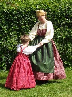 Puhuin tuossa aikaisemmin hiukan siitä että haluan toteuttaa tämän puku ideani Soja Murto-Hartikaiselta tilaamilla kaavoilla. kurkistakaapas...