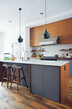 The One Thing a Designer Would Never Do in a Small Kitchen Designing your dream kitchen but limited on space? These small kitchen design ideas will help. Plus, what to do with large kitchen designs too. Large Kitchen Design, Kitchen Design Small, Dream Kitchen, Kitchen Remodel, Small House Kitchen Design, Kitchen Remodel Small, House Design Kitchen, Small Modern Kitchens, Modern Kitchen Design