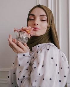 Celebrity Fashion Outfits, Trendy Outfits, Celebrity Style, Muslim Fashion, Hijab Fashion, Girl Fashion, Cute Gift Wrapping Ideas, Modern Hijab, Girl Photography