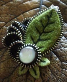Zipper and felt brooch Fabric Brooch, Felt Brooch, Card Tattoo Designs, Felt Keyring, Zipper Flowers, Zipper Crafts, Zipper Jewelry, Miniature Dolls, Miniature Houses