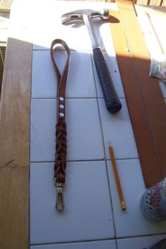 How-to diy traffic lead – braided leather dog leash. Diy Leather Dog Collar, Diy Dog Collar, Diy Tresses, How To Make Leather, Rope Dog Leash, Diy Collier, Diy Braids, Leather Projects, Leather Crafts