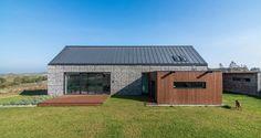 Construido por Kropka Studio en Zawiercie, Poland con fecha 2013. Imagenes por Maciej Lulko. La casa está ubicada al lado de Zawiercie, en un sitio ligeramente inclinado, un poco largo, en la zona de amortiguam...