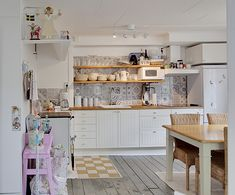 Una casa all'insegna del bianco con una cucina country