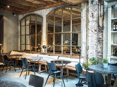 As you know, we rarely post restaurants here, but this one really impressed us a lot. The new Gats restaurant in Barcelona is a perfect example of a very ✌Pufikhomes - source of home inspiration Bar Restaurant Design, Rustic Restaurant, Restaurant Concept, Restaurant Restaurant, Loft Interior, Interior And Exterior, Dark Interiors, Beautiful Interiors, Design Café
